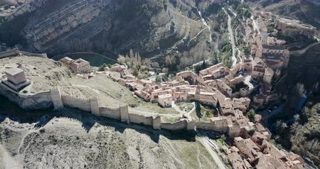 defensiva : Aerial view of Albarracin – Spanish medieval village with defensive wall