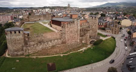 província : Aerial view of ancient Templar castle in small Spanish city of Ponferrada on background of modern cityscape Vídeos