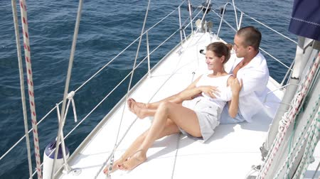 крейсерский : Portrait happy couple sailing on yacht in calm blue sea during romantic summer vacation