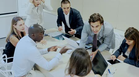 bancário : Business man discussing emotionally with colleagues on meeting in office