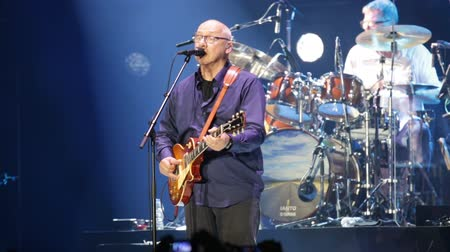 голос : BARCELONA, SPAIN - APRIL 26, 2019: British rock musician, guitarist, vocalist and songwriter for Dire Straits Mark Knopfler giving concert at Palau Sant Jordi Стоковые видеозаписи