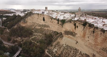 Андалусия : View of Arcos de la Frontera, medieval Andalusian town on towering vertical cliff on spring day, Spain