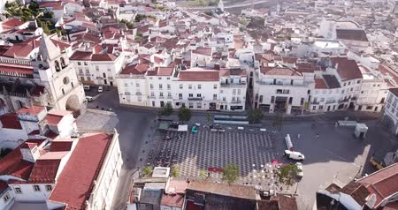 vöröses : Picturesque aerial view of Elvas cityscape overlooking of Old Catholic Cathedral in sunny day, Portugal