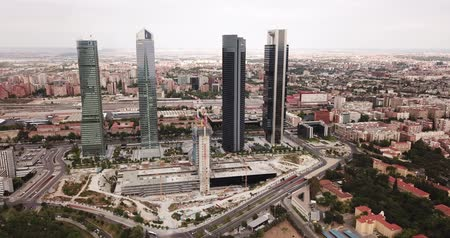 Мадрид : MADRID, SPAIN - JUNE 16, 2019: Aerial cityscape of Madrid with four modern business skyscrapers Cuatro Torres