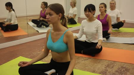čtyřicet : Women of different ages in yoga classes in the hall