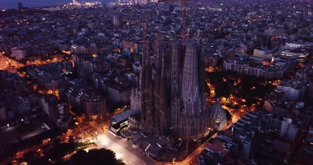 katalán : Barcelona, Spain - June 12, 2019: Temple Sagrada Familia at night from a drone. Barcelona