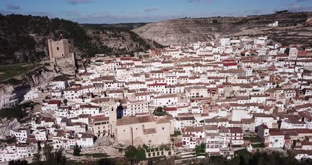 arenito : Aerial view of Alcala del Jucar located on cliff on bank of Jucar river overlooking ancient castle tower and church, Spain