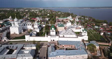 fortificado : Scenic view from drone of architectural ensemble of Rostov Kremlin with churches and cathedrals on background with cityscape, Russia