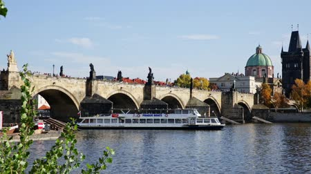 Чарльз : PRAGUE, CZECH REPUBLIC - OCTOBER 13, 2019: View of Prague, Charles bridge and the Vltava river with tourist boats floating. Czech republic Стоковые видеозаписи