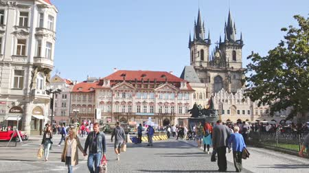 namesti : PRAGUE, CZECH REPUBLIC - OCTOBER 13, 2019:  View of crowded Old Town Square (Staromestske namesti) in Prague overlooking impressive Gothic Church of Our Lady before Tyn on sunny autumn day, Czech Republic Stock Footage
