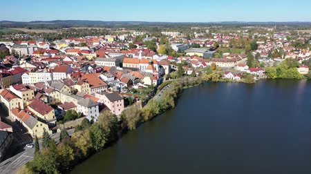 citadela : Aerial view of old town of Jindrichuv Hradec on Nezarka river with medieval Castle on fall day, Czech Republic Vídeos