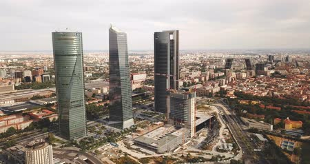 junho : MADRID, SPAIN - JUNE 16, 2019: Aerial cityscape of Madrid with four modern business skyscrapers Cuatro Torres