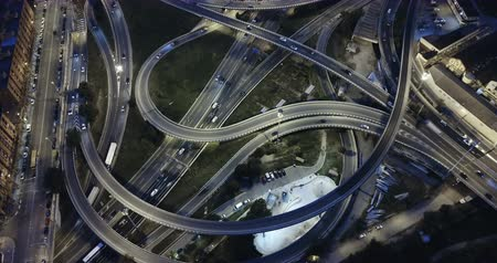 klasa : Night view from drone of lighted overpass interchange in modern town