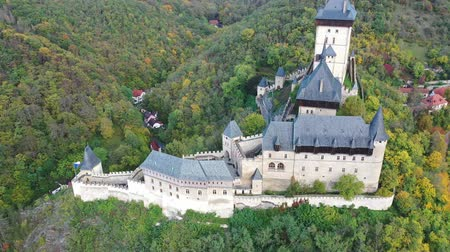 зелень : Picturesque autumn landscape with imposing medieval Karlstejn Castle on hilltop, Central Bohemian Region, Czech Republic