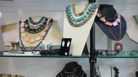 pedra preciosa : Collection of natural gemstone beads displayed for sale on shelf of jewelry boutique