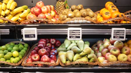 kivi : Fresh fruits in wicker baskets on shelf of supermarket