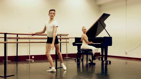 čtyřicet : Female choreographer teaches young dancer in ballet studio
