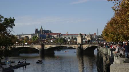 культурный : PRAGUE, CZECH REPUBLIC - OCTOBER 13, 2019: Picturesque view of Prague embankment on bank of Vltava river with peculiar architecture on autumn day