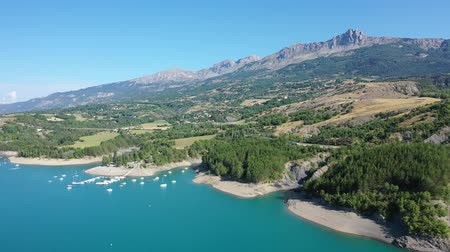 malebný : Panoramic scenic view of Serre-Poncon Lake and Alps in southeast France
