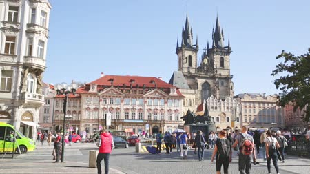 Čechy : PRAGUE, CZECH REPUBLIC - OCTOBER 13, 2019:  Picturesque view of Old Town Square in Prague, Czech Republic Dostupné videozáznamy