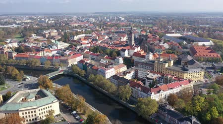 vízpart : Scenic aerial view of Hradec Kralove cityscape on banks of Elbe river on sunny autumn day, Czech Republic Stock mozgókép