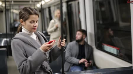 otuzlu yıllar : Woman with smartphone in subway car