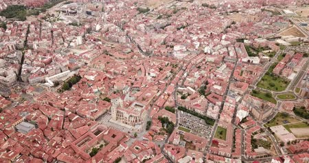кафельный : Aerial view of Leon cityscape with Santa María de Leon Cathedral and bullring, Spain Стоковые видеозаписи