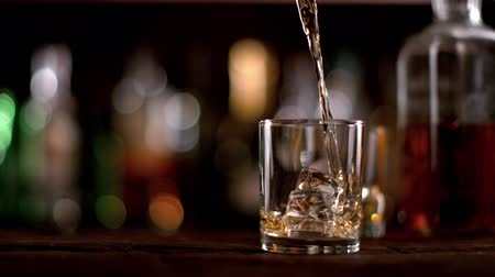 um objeto : Super slow motion of pouring whiskey. Filmed on cinema slow motion camera, 1000fps