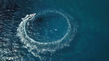 povstání : Speed motor boat creating circle at sea. Aerial view from drone.