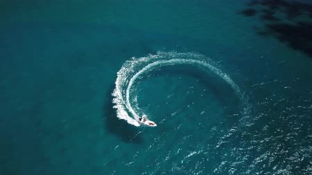 Řecko : Speed motor boat creating circle at sea. Aerial view from drone.