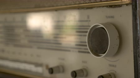 ladění : Cinematic 4k vintage radio highlighting the tuning and treble knobs along with the worn and scratched encasement
