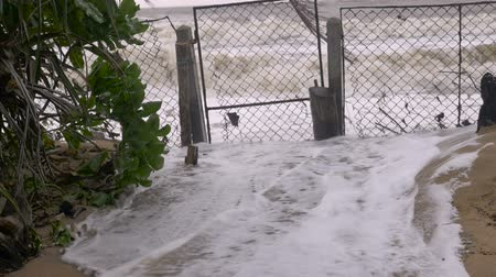 гром : Slow motion of rising sea levels crashing through a closed gate during a storm surge due to climate change