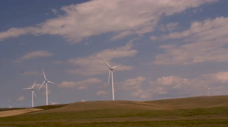 venkovský : Slow motion driving shot of wind turbines on a wind farm in Montana