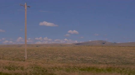 спокойные сцены : Slow motion driving shot of the wheat fields of rural Montana without people or buildings