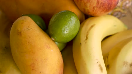 jídla : Push in of limes, bananas, mangoes, apples and other fruit
