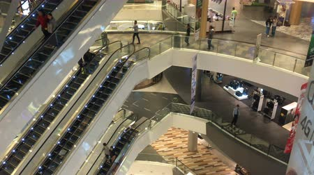budynki : People shopping in a mall with escalators on multiple levels