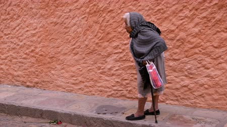cidadão idoso : SAN MIGUEL DE ALLENDE, MEXICO - CIRCA MAY 2016 - A frail old indigenous woman about ready to cross the street. Vídeos