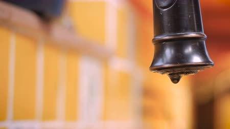 trabalhador manual : Close up of a leaky faucet dripping and wasting water Vídeos