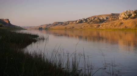 спокойные сцены : Lock down shot of the Missouri River in Montana at sunrise along the Lewis and Clark national historic trail monument Стоковые видеозаписи
