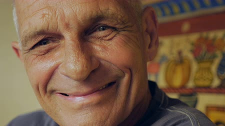 cidadão idoso : An elderly man goes back and forth from serious to smiling - closeup portrait