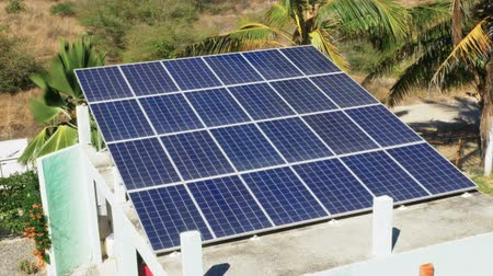 kolektor : Solar panels on the roof of a residential home or garage collecting clean, renewable energy from the sun