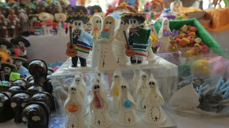 tradição : Miniature candy ghosts, skeletons on display for Day of the Dead in Patzcuaro, Mexico