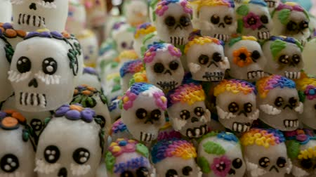 meksika : An assortment of different sizes of sugar skulls stabilized shot for Day of the Dead in Patzcuaro Mexico