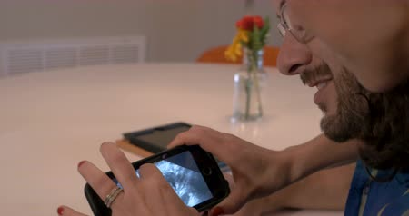 usg : Beautiful young expecting parents couple looking at ultrasound of baby on smart phone Wideo