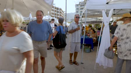 sobota : PUERTO VALLARTA, MEXICO - CIRCA MARCH 2018 - People shopping at the Olas Altas Saturday Market in the romantic zone of old town in slow motion Dostupné videozáznamy