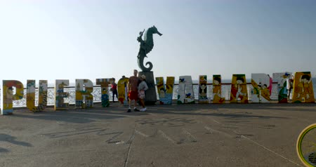 pacífico : PUERTO VALLARTA, MEXICO - CIRCA MARCH 2018 - Tourists having their photo taken in front of the Puerto Vallarta art sign on the Malecon