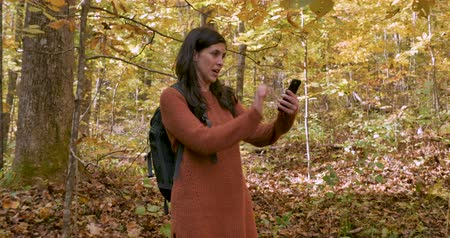assustado : Young attractive woman lost while hiking is afraid, stressed out, frustrated, and cant get cellular service on her phone
