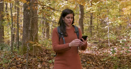 karışıklık : Stressed out lost young attractive woman unable to get cellular service with her phone while walking in the woods