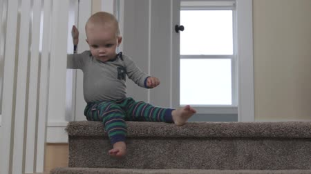 zábradlí : a little boy trying to go down the stairs alone Dostupné videozáznamy