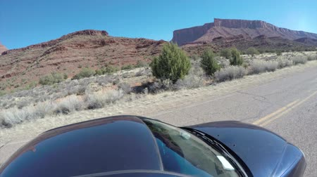 otopark : A low exterior shot of a car driving through the desert of Southern Utah near Arches National Park and Moab time lapse